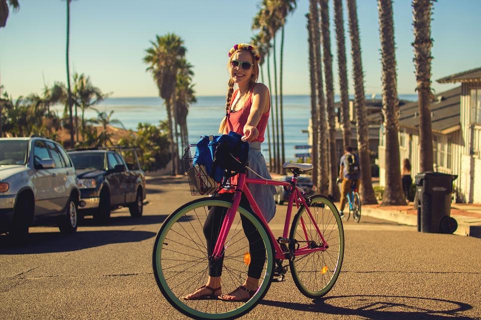 dívka s bicyklem
