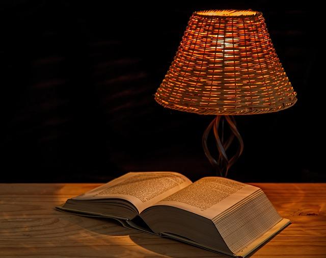 stolní lampa s knížkou