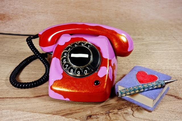 telefon se seznamem