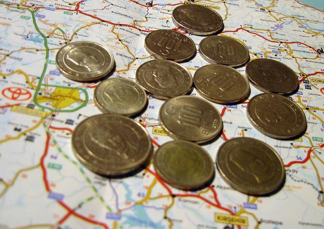 mince položené na mapě vedle sebe
