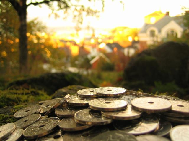 peníze na hromádce před výhledem na sídliště